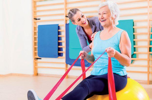 Image dame faisant de la gym avec une accompagnante. Photo Santé des séniors et du grand âge