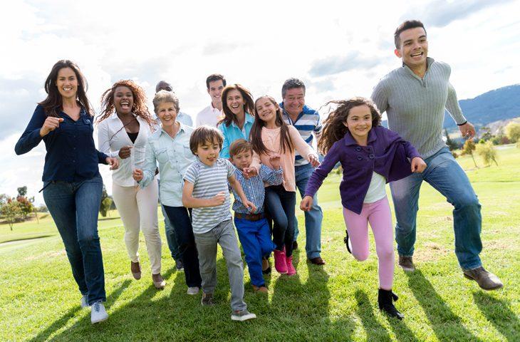 Photo d'une famille qui court et illustre la prévention et promotion de la santé. Crédit I Stock