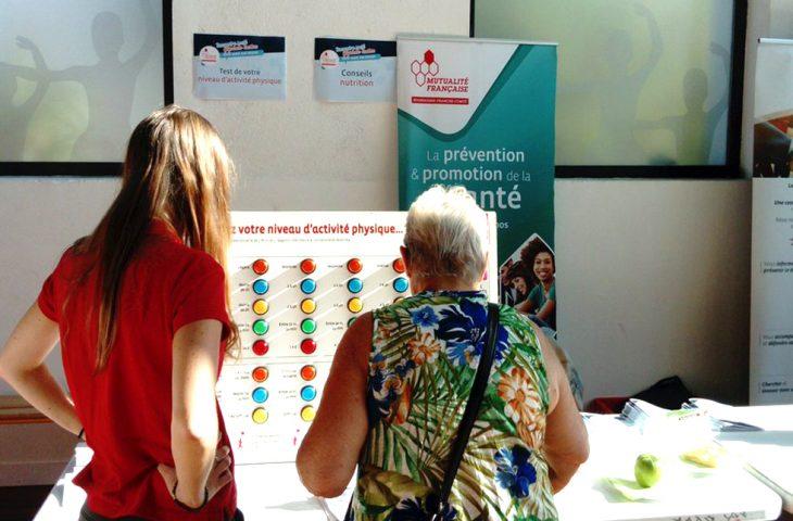 Image d'une animatrice et d'une femme senior devant le test Ricci et Gagnon au forum des seniors de Montceau les Mines en septembre 2018