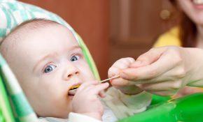 Femme donnant à manger à un enfant